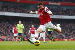 Kita bisa sering melihat gaya menendang khas Giroud sejak di Arsenal. Sumber: via Footballsource.co.uk