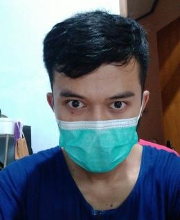 Tetap memakai masker meski di rumah | foto: KRAISWAN