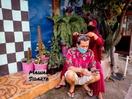 Pangkas rambut dikerjakan istri sendiri. Di Bawah Pohon Rindang alias DPR (Dokumentasi Mawan Sidarta)