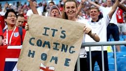 Fans Timnas Inggris membawa poster It's Coming Home sebagai wujud harapan piala Euro 2020 dimenangkan oleh kesebelasan Harry Kane dan kawan-kawan (pedestrian.tv).