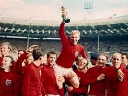 Timnas Inggris meraih juara Piala Dunia tahun 1966. Bobby Moore tampak mengangkat piala Jules Rimet (thesun.co.uk).