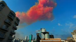 Formasi asap bekas ledakan di pelabuhan Beirut yang diintepretasikan sebagai wajah iblis. Photo: Reuters.