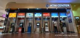 Ilustrasi mesin ATM dari beberapa bank yang ada di Indonesia Sumber: KONTAN/Carolus Agus Waluyo