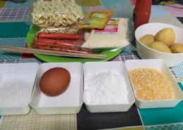 Bahan untuk membuat Corn Dog | Foto: Siti Nazarotin
