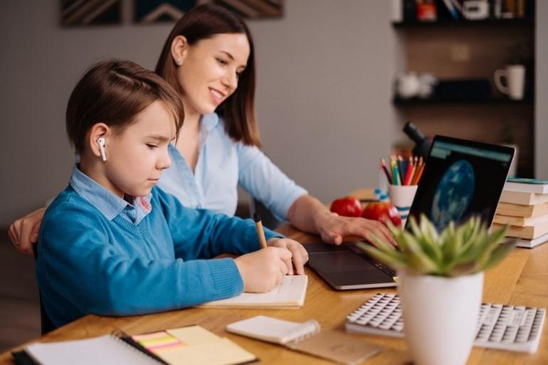 Ilustrasi anak belajar daring, Pembelajaran Jarak Jauh (PJJ) selama pandemi Covid-19. Orangtua perlu memahami karakteristik cara belajar anak usia 5-12 tahun.(Sumber: Freepik.com)