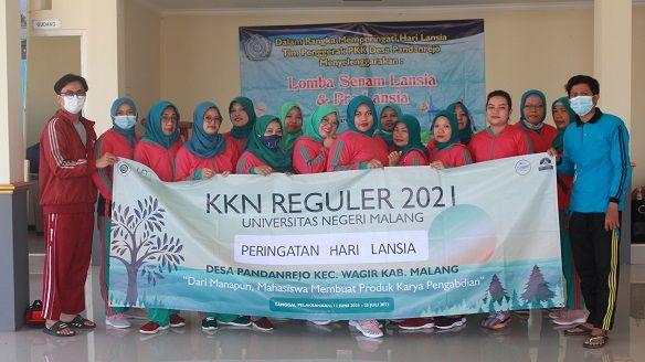 Foto bersama Mahasiswa KKN UM Pandanrejo dengan peserta lomba senam sehat lansia Desa Pandanrejo, Wagir