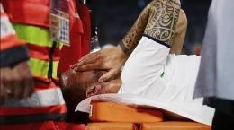 Leonardo Spinazzola menangis ketika ditarik keluar laoangan karena cedera I Gambar : AP/Marca.com