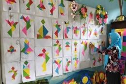 Tangram buatan siswa dipajang di mading kelas dan dipamerkan oleh guru secara daring kepada siswa dan orangtua siswa di rumah.(DOK. TANOTO FOUNDATION via Kompas.com)