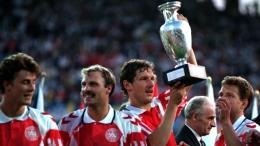 Kim Vilfort mengangkat trofi Euro 1992 usai Denmark mengalahkan Jerman 1-0 di final Gothenburg (uefa.com).