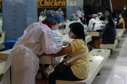 Suasana vaksinasi Covid-19 tahap kedua untuk pedagang Pasar Tanah Abang, Jakarta, Rabu (17/2/2021). (KOMPAS.com/KRISTIANTO PURNOMO)