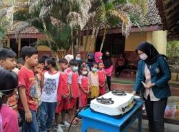 Kegiatan Kampus Mengajar di SD N 1 Johunut dengan mengajak siswa melakukan eksperimen sederhana. (Sumber: Dokumen Pribadi)