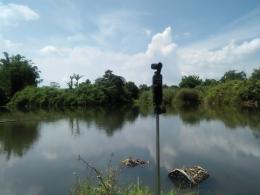 Mengambil gambar dan video dari tepian embung Desa Kacinambun (Dokumentasi Pribadi)