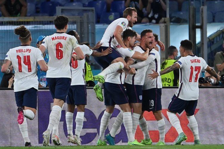 Para pemain Inggris merayakan sebuah gol. foto: Alberto Pizzoli dipublikasikan kompas.com
