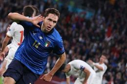 Gelandang serang Italia Federico Chiesa berselebrasi setelah mencetak gol pertama tim dalam laga semifinal Euro 2020 antara Italia vs Spanyol di Stadion Wembley, London, pada 6 Juli 2021.(AFP/CARL RECINE), kompas.com