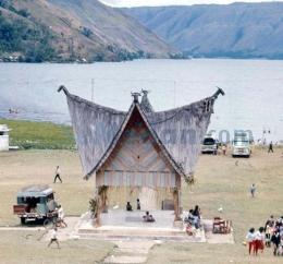Alun-alun Kota Parapat atau Lapangan Pagoda Tahun 1971. © Island SAMOSIR & Lake TOBA – FotoBook/via semedan.com