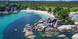 keindahan batu-batu besar yang ada di pantai tanjung tinggi (sumber: travel.kompas.com)