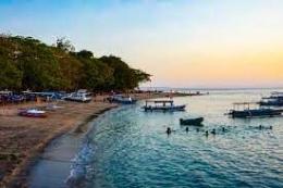 pantai Senggigi Lombok (sumber: travelingyuk.com)