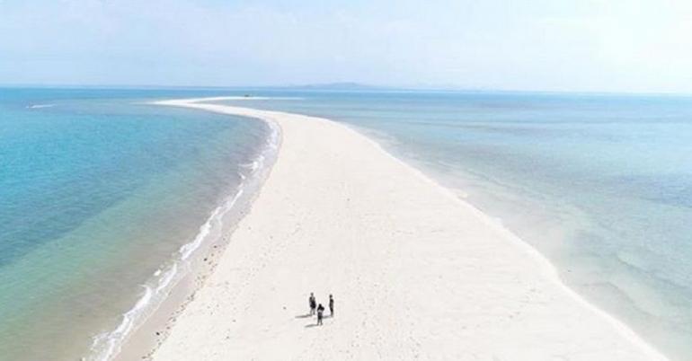 keindahan salah satu pantai yang ada di Indonesia (sumber: inews.id)