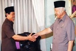 Foto: Harmoko dan Soeharto (Sumber: AFP Photo via CNN Indonesia)