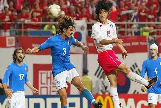 Ang Jung-Hwan membobol gawang Italia lewat sundulan di Piala Dunia 2002 (republika.co.id)