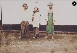 Nyai Kamsidah (Tengah), pejuang wanita Geger Cilegon 1888. Foto. KITVL.