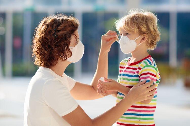Ilustrasi menerapkan protokol kesehatan pada anak demi bertahan di tengah pandemi. Sumber: Shutterstock via Kompas.com