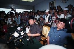 Pimpinan MPR-DPR membuat pernyataan mengimbau Presiden Soeharto mengundurkan diri di Gedung DPR (18 Mei 1998). (KOMPAS/Johnny TG).