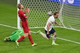 Kapten Three Lions, Harry Kane, mencetak gol penentu kemenangan Inggris dengan hasil 2-1 atas Denmark (twitter.com/ @AJE_SPORT).