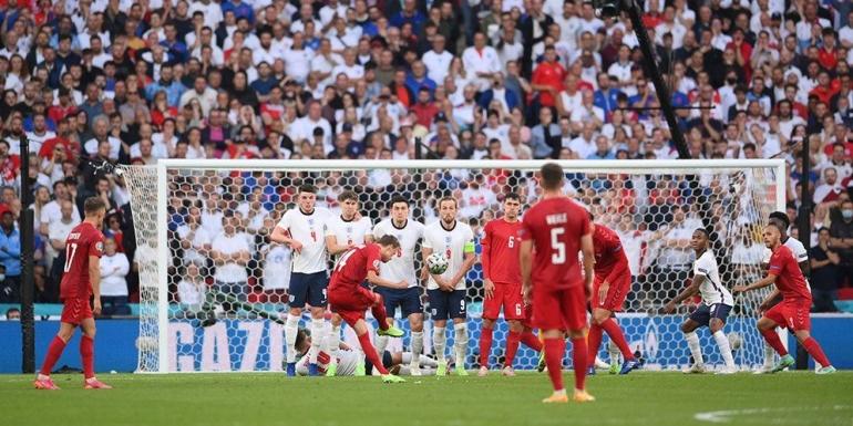 Tendangan bebas yang mengotori gawang Pickford dalam Euro 2020 (AP Photo/ bola.net.com)