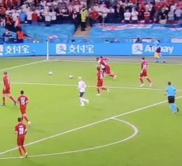 Dua bola di lapangan sesaat sebelum penalti Inggris/ foto: ESPN