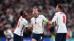 Dua pemain Inggris --Sterling dan Henderson-- kerepotan mengendalikan selebrasi Harry Kane usai mencetak gol penentu Inggris atas Denmark dalam semifinal kedua Euro 2020 (uefa.com).