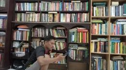 Foto Jumardi Putra di ruang Perpustakaan Pribadinya. (Dokpri)