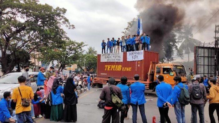 Aksi Mahasiswa Unismuh Makassar, Kirim Protes Langgar Prokes (foto dari Tribunnews)