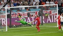 Kasper Schmeichel gemilang di bawah mistar gawang Denmark/ UEFA.com