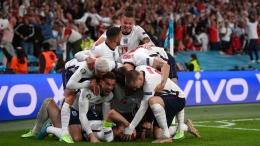 Selebrasi pemain Inggris ketika Harry Kane membobol gawang Denmark untuk keunggulan 2-1 (Foto Skysports)