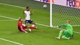Detik-detik kapten Timnas Denmark Simon Kjaer mencetak gol ke gawang sendiri (netherlandnewslive.com).