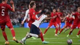 Sterling menerobos pertahanan Denmark dan jatuh di kotak penalti (Getty) Sumber: goal.com