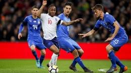Striker Inggris, Raheem Sterling, dikerubuti pemain Italia dalam friendly match tahun 2018/thefa.com