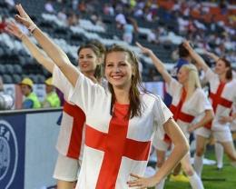 Suporter wanita Inggris (photo via : oddstuffmagazine.com), Sumber: travistory.com