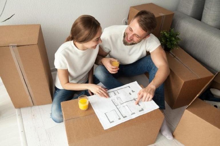 Ilustrasi Pasangan mengatur tata ruang rumah (Sumber: freepik)