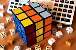 Ilustrasi Dadu dan Rubiks (sumber gambar: pixabay.com)
