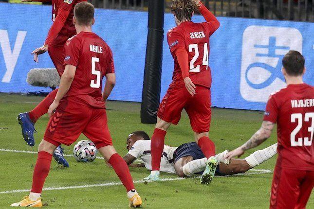 Detik-detik Raheem Sterling jatuh di kotak penalti Denmark dalam laga semifinal Inggris kontra Denmark, Euro 2020 (AP Photo).