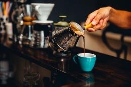 Ilustrasi Barista sedang menyeduh kopi. Sumber: Pixabay.com