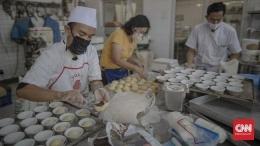 Ilustrasi Koki yang bekerja dengan taat memakai masker di era pandemi. Sumber: CNNIndonesia.com