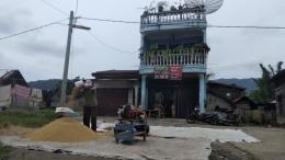 Proses pemisahan bulir padi dengan mesin blower (Dokumentasi Pribadi)