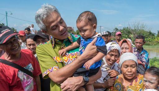 Ganjar bersama warga Jateng (foto: kagama.co)