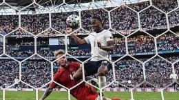 Gol bunuh diri Simon Kjaer di semifinal Euro 2020 (Tribunnews.com)