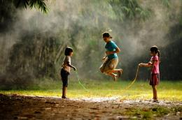 Anak-anak bermain permainan tradisional lompat tali (Sumber: www.dictio.id)