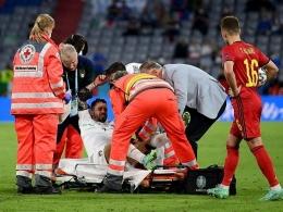 Pemain Italia Leonardo Spinazzola ditandu keluar lapangan akibat cedera dalam laga melawan Belgia (ligaolahraga.com).
