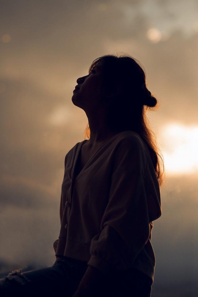 Ilustrasi: perempuan yang sedang menatap langit (Foto: quanhoangphotos Via Pixabay)